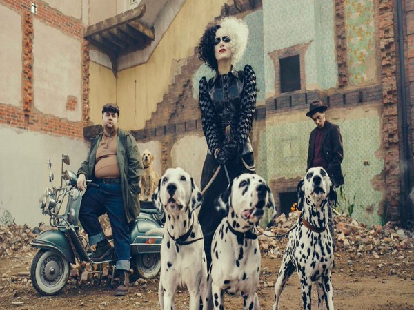 Emma Stone's first look from 'Cruella', Image courtesy: Twitter