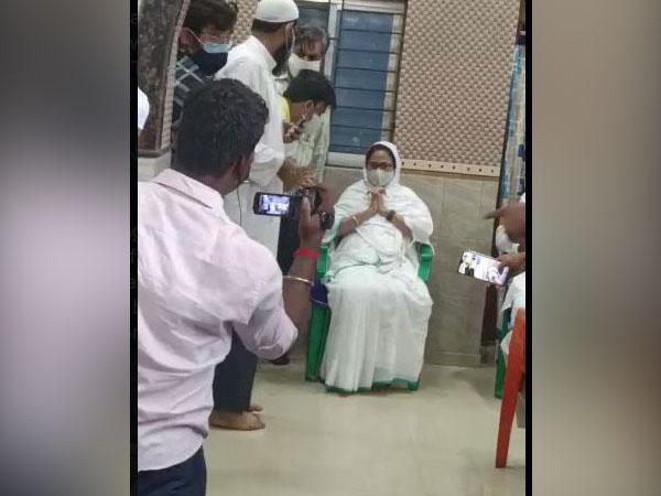 Visual of Trinamool Congress supremo Mamata Banerjee offering prayers at Bhabanipur mosque (Photo/ANI)