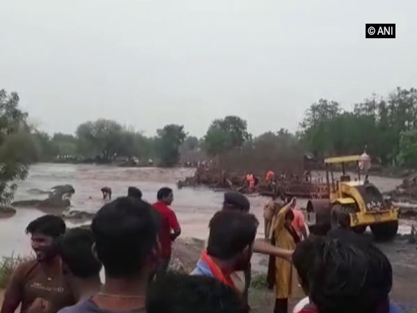 Rescue operations to save seven labours trapped in flood on Sunday. Photo/ANI