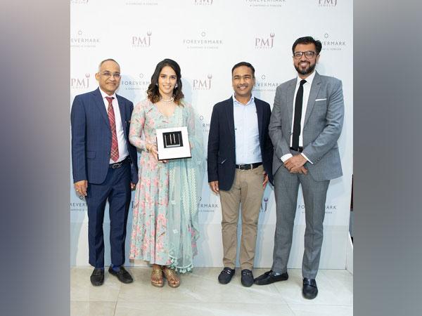 Kushal Jain, Chairman, PMJ Jewels, Saina Nehwal, Dinesh Jain, MD, PMJ Jewels and Sachin Jain, MD, De Beers India
