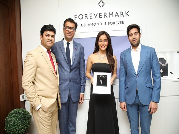 (L-R) Amit Bandi, CEO, DP Abhushan Ltd, Sachin Jain, President, Forevermark India, Actress Neha Sharma and Vikas Kataria, Managing Director, DP Abhushan Ltd.