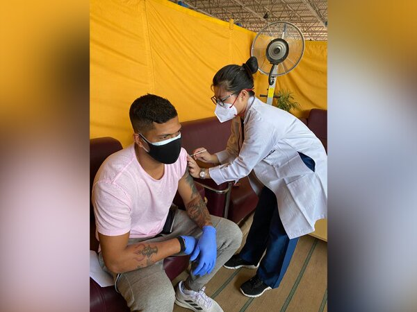 Umesh Yadav receives first dose of Covid-19 vaccine (Photo/ Umesh Yadav Twitter)