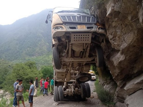 A truck overturned, blocking the Garsa-Bhuntar route on Saturday. (Photo/ANI)