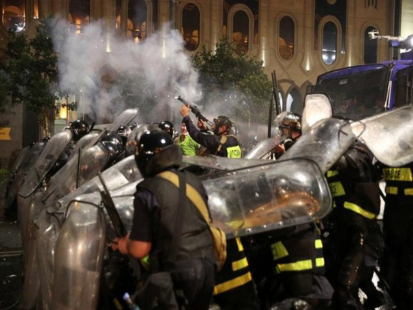 Police fire tear gas on protesters outside the Georgian Parliament on Jun 21 (Photo/Reuters)