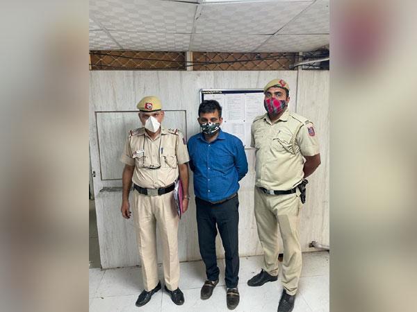 The accused, Rakesh Kumar Yadav, along with Kishangarh police personnel.
