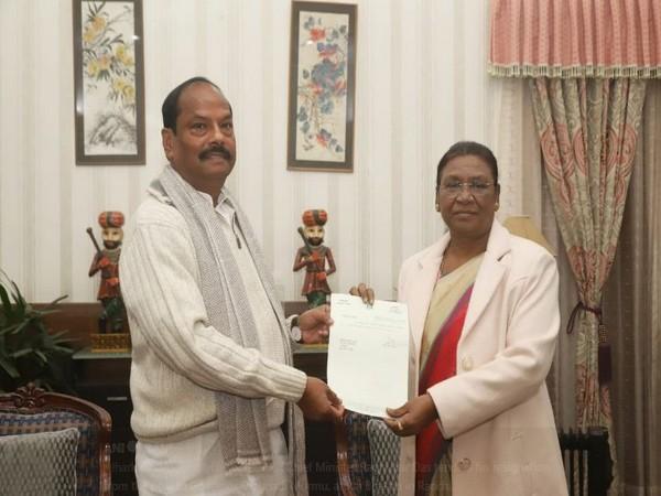 Jharkhand Chief Minister Raghubar Das on Monday handed over his resignation to Governor Draupadi Murmu at Raj Bhavan. Photo/ANI