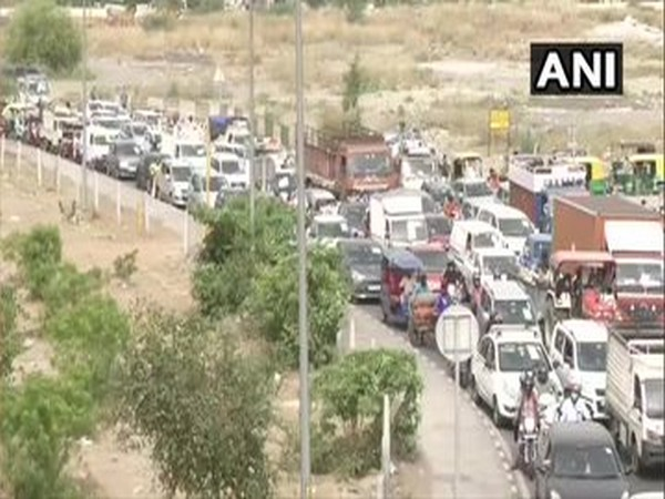 Traffic congestion at Delhi-Ghaziabad border near Ghazipur, after Ghaziabad sealed the border with Delhi [Photo/ANI]
