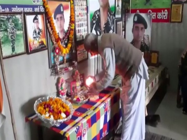 Sohanpal honouring his son, CRPF Constable Amit Kori who was killed in the 2019 Pulwama attack