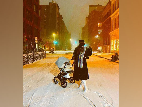 Gigi Hadid with daughter (Image Source: Instagram)