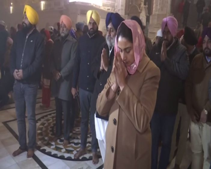 Union Minister Harsimrat Kaur Badal paying obeisance at Golden Temple in Amritsar