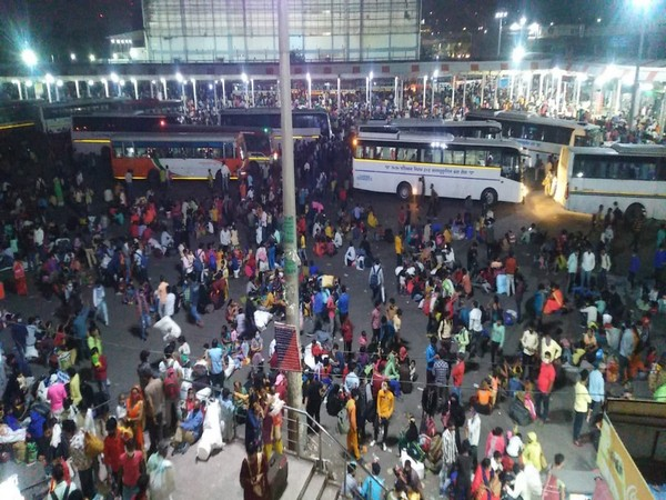 Migrant workers at the Anand Vihar Bus station in Delhi. (File photo)