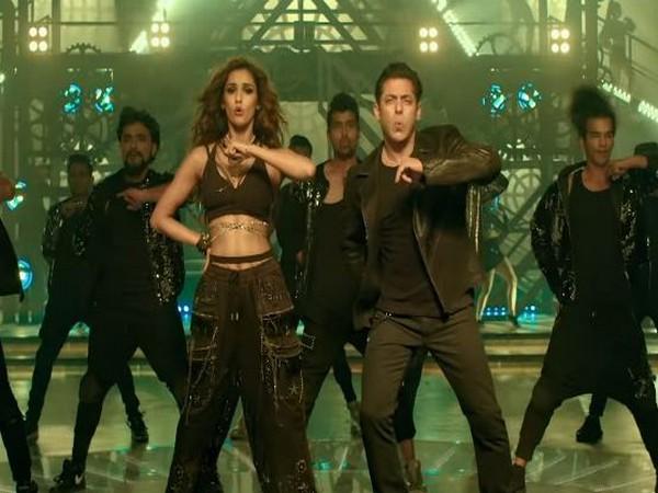 Disha Patani, Salman Khan in a still from 'Seeti Maar'. (Image Source: YouTube)