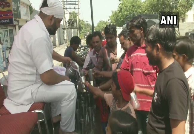 People drinking water to counter heatwaves in Ludhiana, Punjab on Saturday. Photo/ANI