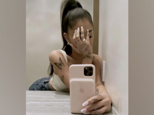 Musician Ariana Grande wearing her engagement ring. (Image Source: Instagram)