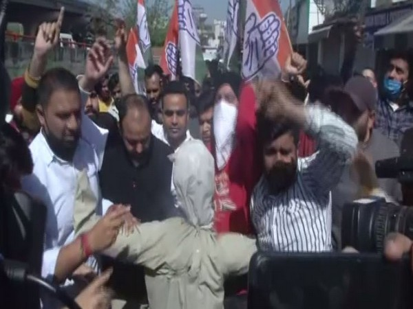 Congress workers burn effigy of Ghulam Nabi Azad in Jammu on Tuesday. (Photo/ANI)
