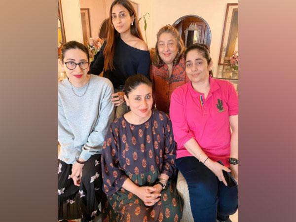Kareena Kapoor, Karisma Kapoor with their aunt Rima Jain and cousins (Image Source: Instagram)