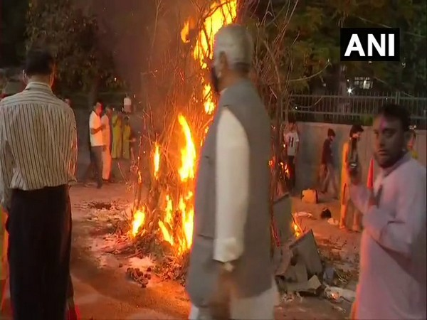 RSS leader Ram Lal performing 'Holika Dahan'. (Photo/ANI)