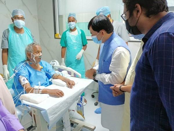 Shahnawaz Hussain met former UP CM Kalyan Singh at Sanjay Gandhi PGI on Friday. (Photo/ANI)