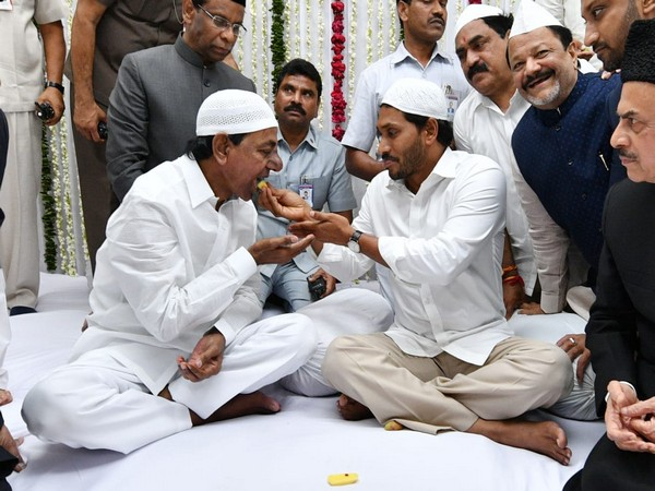 Y. S. Jagan Mohan Reddy and K. Chandrashekar Rao at Iftar party in Hyderabad