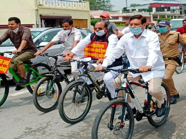 Congress leader Pritam Singh leads the protest in Dehradun today. Photo/ANI