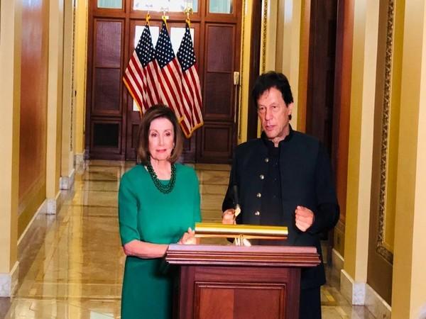 US House Speaker Nancy Pelosi (L) and Pakistan Prime Minister Imran Khan (R) (file photo)