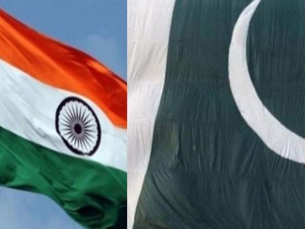 Flag of India (L), Flag of Pakistan (R)