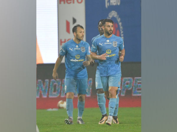 Mumbai City FC forward Adam le Fondre celebrating with teammates after scoring a goal (Photo/ Sportzpics)