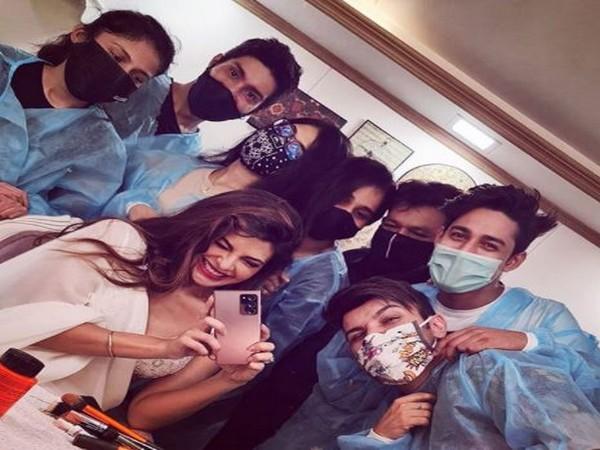 Actor Jacqueline Fernandez with crew members. (Image Source: Instagram)