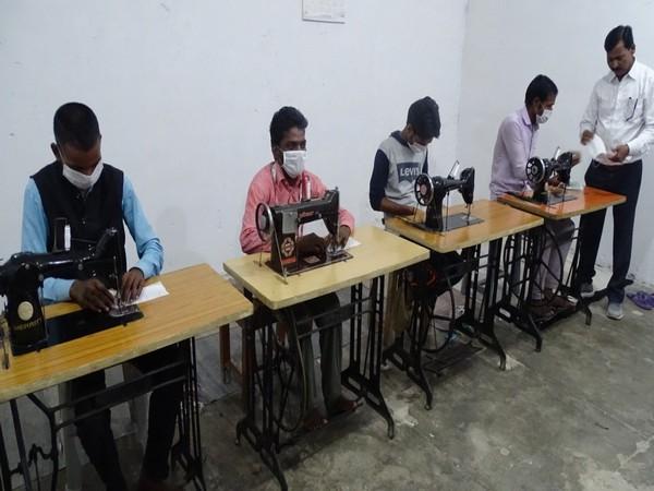 Jail inmates making masks in Barabanki jail. Photo/ANI
