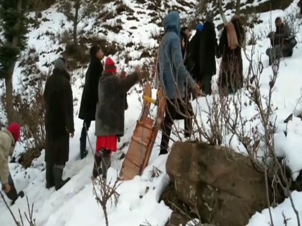 Tourists enjoy early snowfall in Nathatop, J-K. Photo/ANI