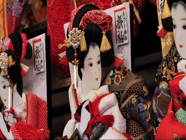 The motif of 'hagoita' is an actor in Japanese entertainment traditional show 'Kabuki'.