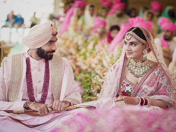 Indian pacer Jaspirt Bumrah and Sanjana Ganesan (Image: Mumbai Indians)