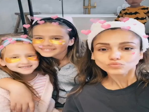 Jessica Alba along with her daughters (Image courtesy: Instagram)