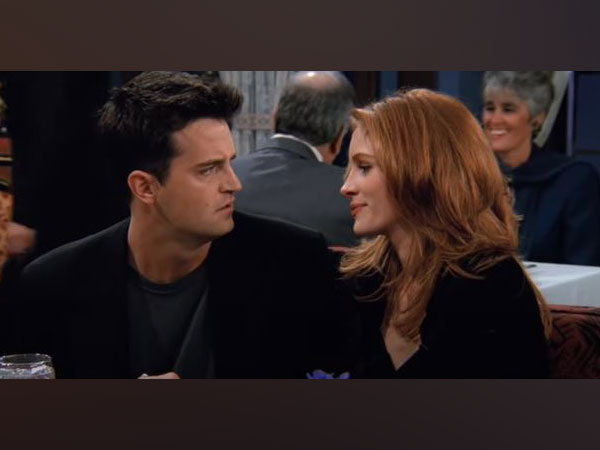 Matthew Perry and Julia Roberts in a still from 'Friends' (Image Source: YouTube)