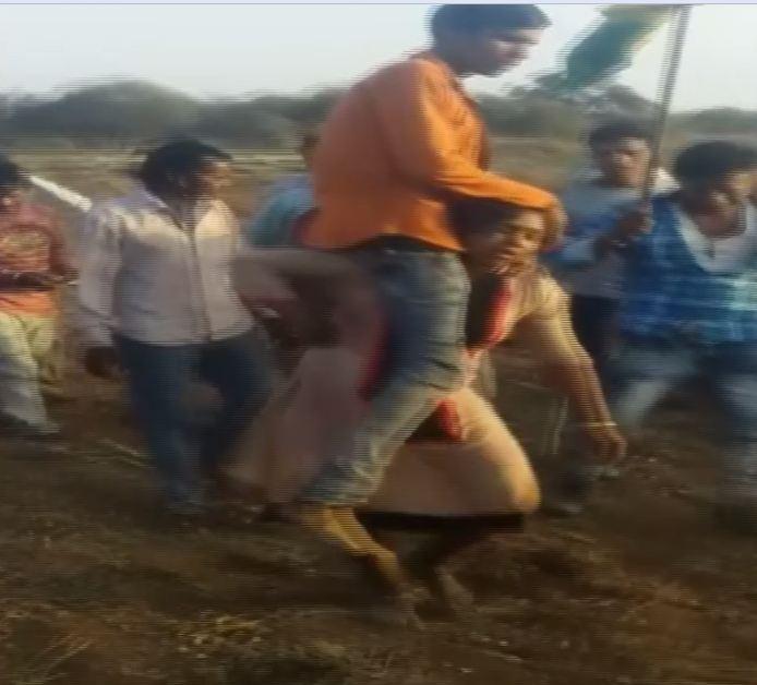 Visuals of the woman carrying her husband on her shoulders in Jhabua, Madhya Pradesh.
