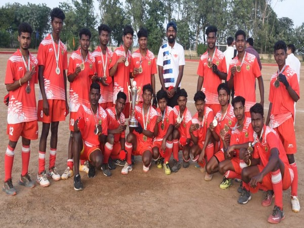 Hockey Jharkhand team with the trophy (Photo/ Hockey India)