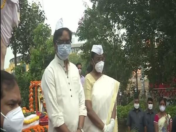 Jharkhand Governor Draupadi Murmu and Chief Minister Hemant Soren paid tribute to Mahatma Gandhi on  his 151st birth anniversary in Ranchi on Friday. (Photo: ANI)