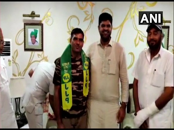 JJP leader Dushyant Chautala with Tej Bahadur Yadav (File photo)