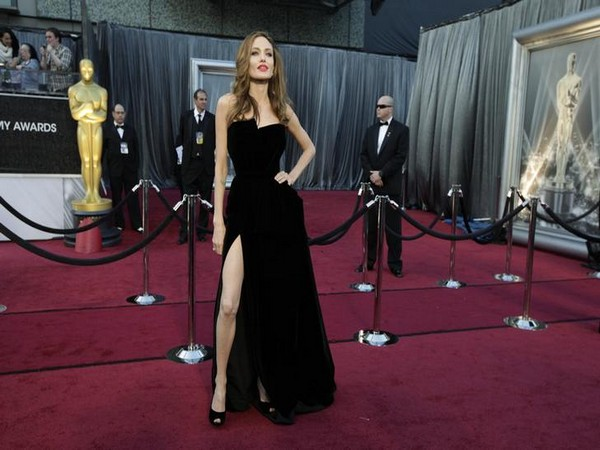 Angelina Jolie poses at the 84th Academy Awards in Hollywood,February 26, 2012.