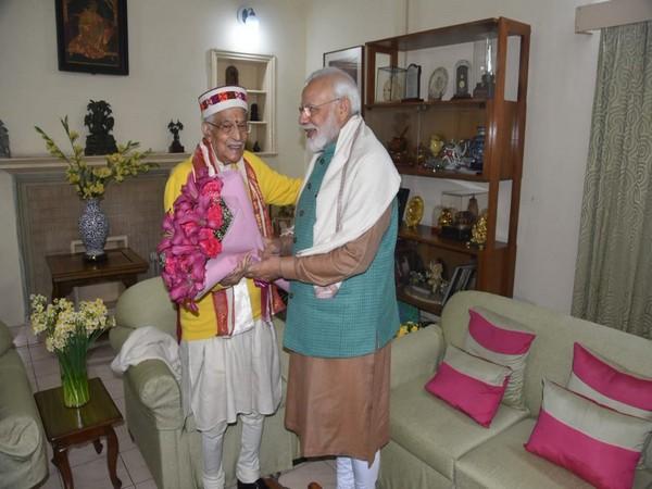 PM Modi meets Murli Manohar Joshi at laters residence in New Delhi on Sunday