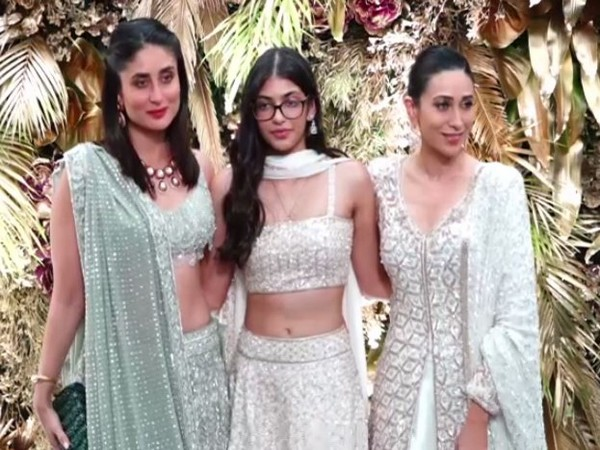 Kareena and Karisma Kapoor with daughter Samiera Kapoor