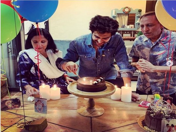 Kartik Aaryan celebrating his birthday with parents (Image courtesy: Instagram)