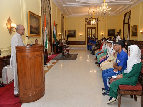 president Kovind interacts with Kahmiri students at Rashtrapati Bhawan (Photo by Indian Army)