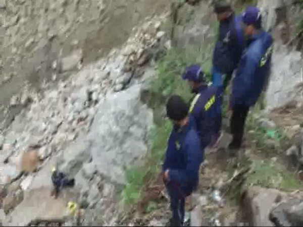 SDRF team rescuing the stuck tourists at Chhoti Lincholi Glacier Point