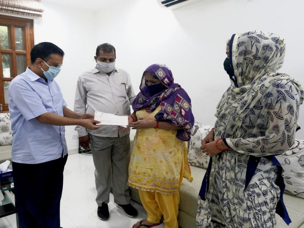 Delhi Chief Minister Arvind Kejriwal giving Rs 1 crore cheque to kins of late fireman. (Picture credit: Twitter/Arvind Kejriwal)