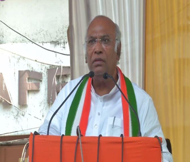Senior Congress leader Mallikarjun Kharge addressing an election rally at Kalaburagi, Karnataka, on Sunday. Photo/ANI
