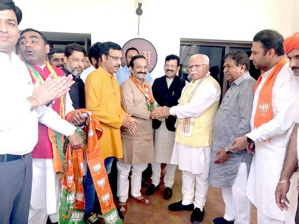 Chief Minister Manohar Lal Khattar with leaders who joined BJP today. (Photo courtesy: Manohar Lal Khattar Twitter)