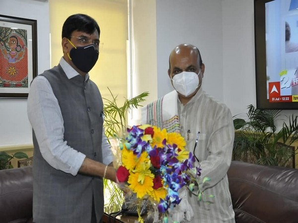 Karnataka CM Basavaraj Bommai with  Union Health Minister Mansukh Mandaviya.