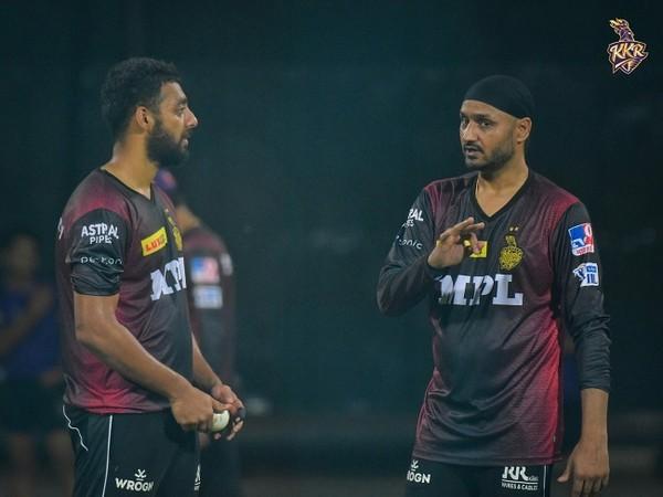 Varun Chakravarthy and Harbhajan Singh (Image: KKR)