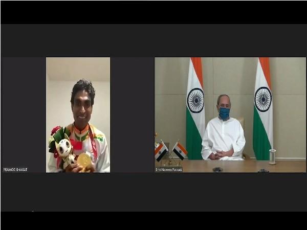 Naveen Patnaik speaking to Para-shuttler Pramod Bhagat. (Photo/ANI)